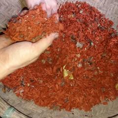 赤い染色の原料はBloodwood Tree(Log wood)の木の幹。鮮やかに染めあがります