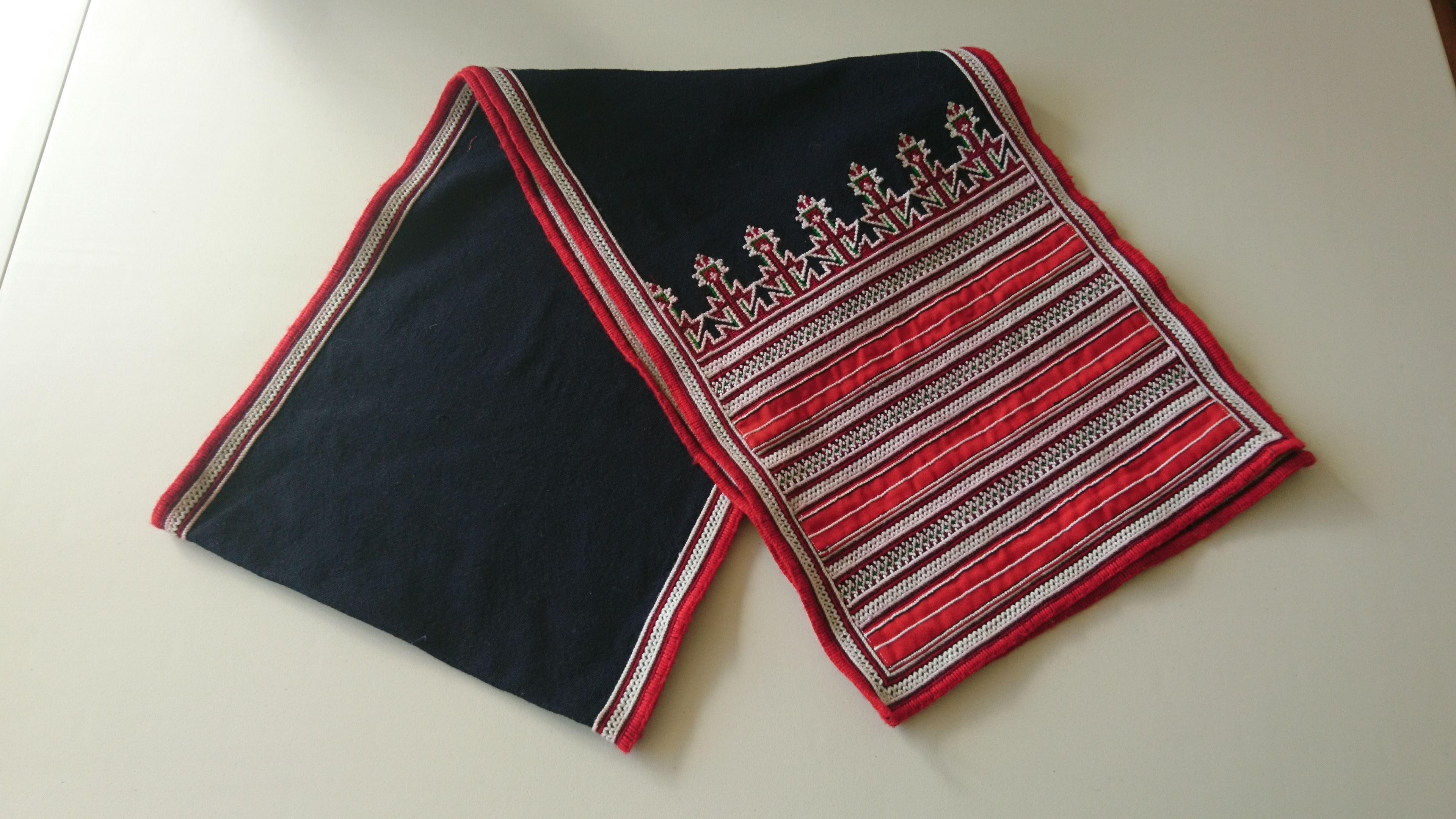赤ザオ族ハンドメイド刺繍ロングクロス (古布)