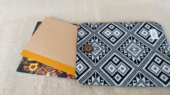 タイ族伝統浮き織り生地<クラッチバッグ>B5サイズ縦型(薄手)(背面)